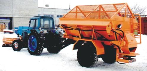 Трактор с прицепным пескоразбрасывателем