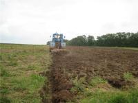 Обработка почвы трактором с фрезой