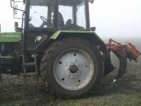 Трактор с глубинным разрыхлителем почвы
